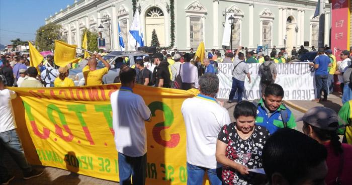 Sindicalistas de la alcaldía de Santa Tecla exigen reinstalo de extrabajadores