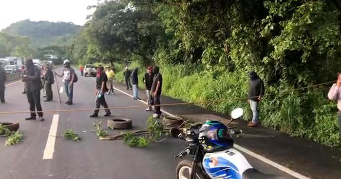 Manifestantes cierran carretera de Sonsonate a San Salvador
