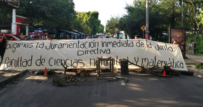 Estudiantes de la UES cierran calles en acción de protesta