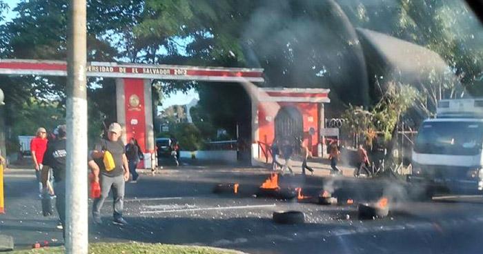 Estudiantes y empleados bloquean paso frente a la UES