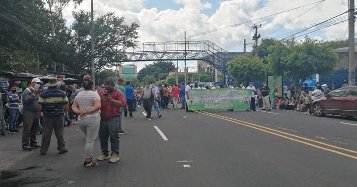 Cierran bulevar Tutunichapa para exigir la liberación de supuestos vendedores acusados de extorsión