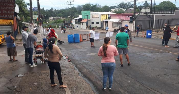 Habitantes de la colonia Zacamil bloquean la 29 Avenida Norte por instalación de una antena