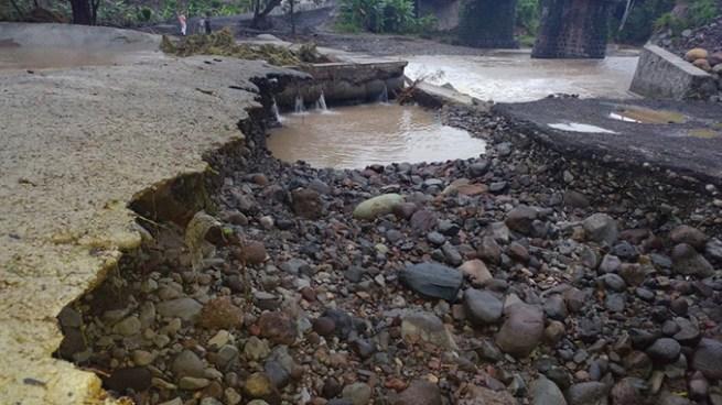 Colapsa el puente provisional sobre el río Motochico tras fuertes lluvias