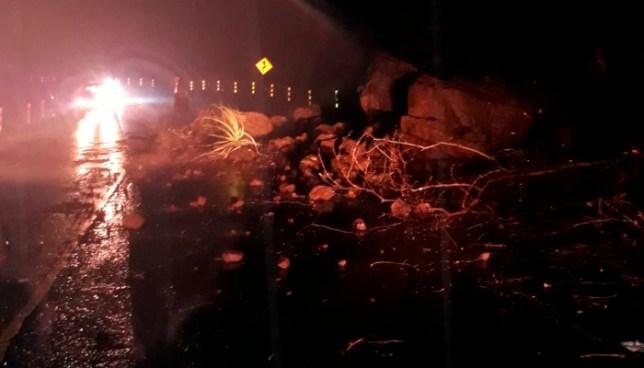 """Derrumbes por lluvias en la """"Curva del Papaturro"""" carretera al Puerto de La Libertad"""