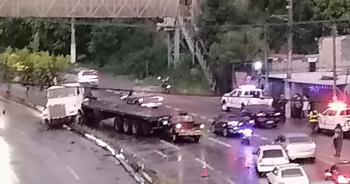 Caos vehicular por rastra accidentada en carretera a Comalapa
