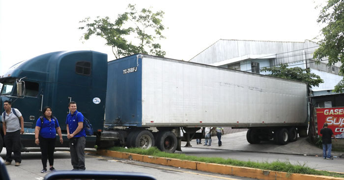 Rastra con desperfectos mecánicos causa caos en carretera al Puerto de La Libertad