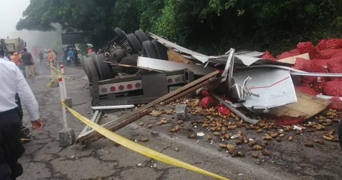 Camión destrozado tras aparatoso accidente de tránsito en carretera de Sonsonate