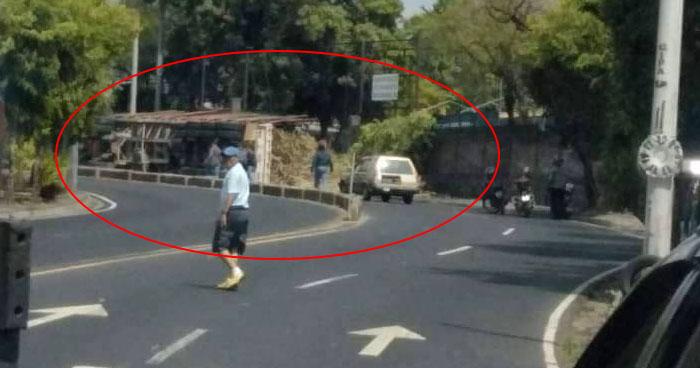Paso cerrado en Bulevar Venezuela sentido a Soyapango por rastra volcada