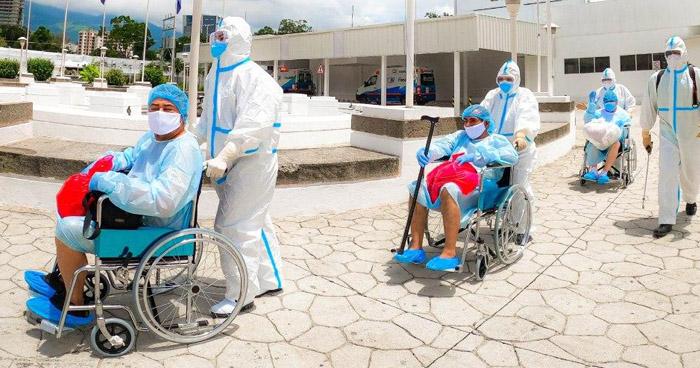 Dan de alta a 13 recuperados de COVID-19 e ingresan a otros 10 en el Hospital El Salvador