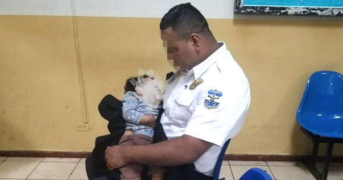 Nacionales Policías rescatan a bebé de padres indigentes en San Salvador - Solo Noticias El Salvador