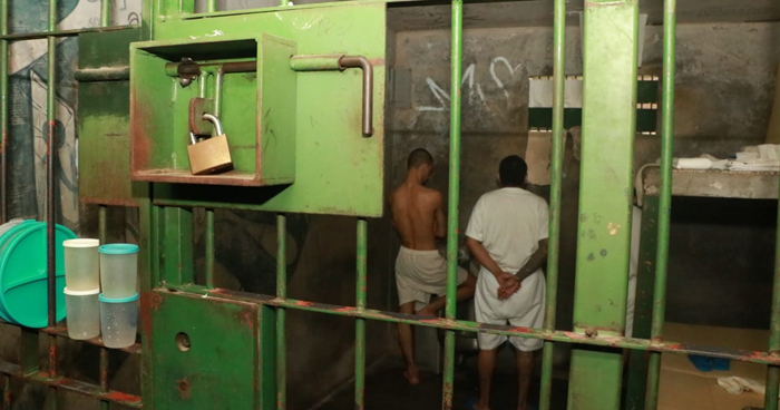 Reos borrarán grafitis alusivos a pandillas dentro de Centros Penales y castigarán al que lo vuelva a poner