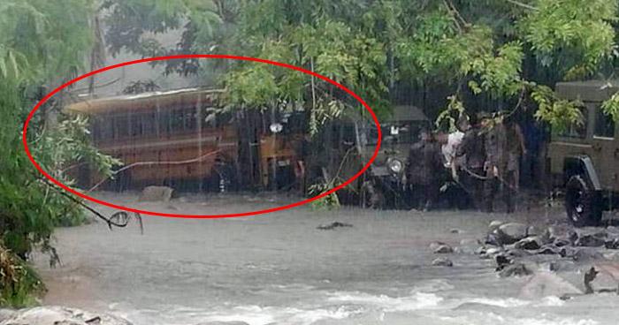 Rescatan a 41 salvadoreños de autobús que fue arrastrado por río en Guatemala