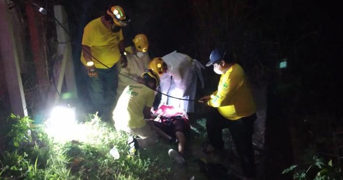Rescatan a joven ebrio que cayó de un puente a 30 metros de profundidad