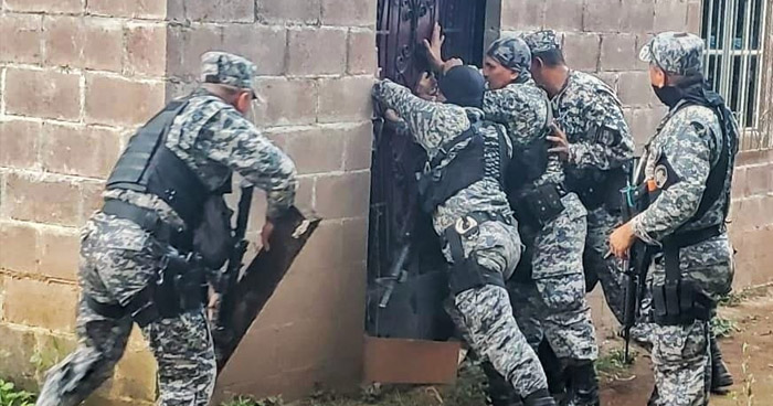 Rescatan a 27 personas que mantenían encerradas en una vivienda en Chalatenango