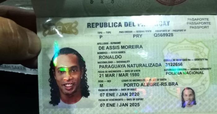 Ronaldinho detenido en Paraguay por haber ingresado con pasaporte falso