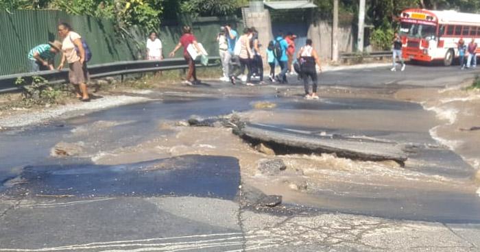 Cierran calle a Mariona por ruptura de tubería