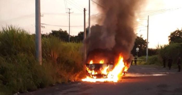 Policía investiga incendio en microbús registrado en la entrada de Nejapa Power