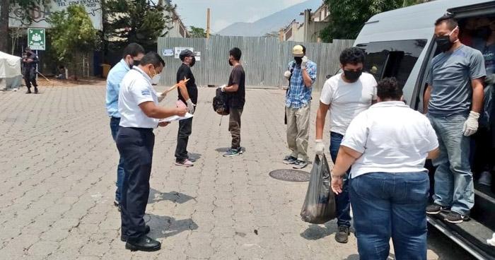 Entregan a 11 salvadoreños que salieron del país por un punto ciego