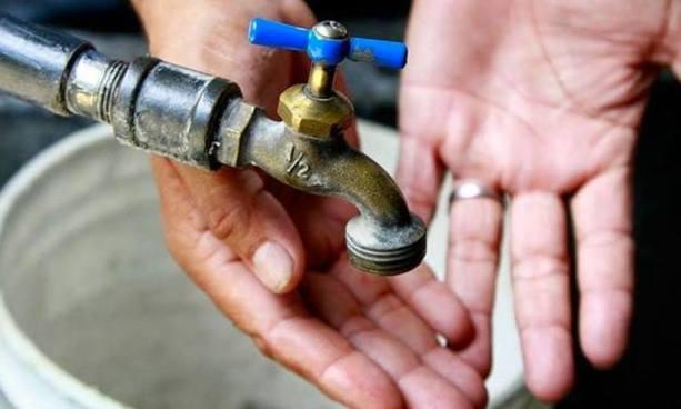 Servicio irregular de agua potable en varias colonias de San Salvador por reparación de válvula