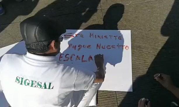 Sindicalistas escriben con sangre sus exigencias por el escalafón en protesta frente al hospital San Rafael