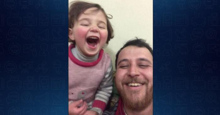 Sirio hace creer a su hija que las bombas son un juego para que se ria