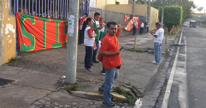 Sindicalistas del ISSS bloquean acceso del Ministerio de Hacienda por falta de contrato colectivo
