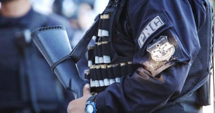 Capturan a oficial de la PNC por disparar al aire con dos armas de fuego, en San Salvador