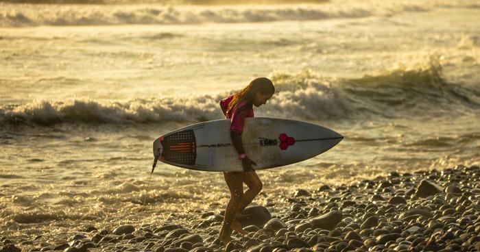 Muere surfista al ser impactada por un rayo en playa El Tunco