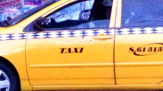 Pandilleros disparan contra taxi dejando 2 lesionados en Residencial Altavista