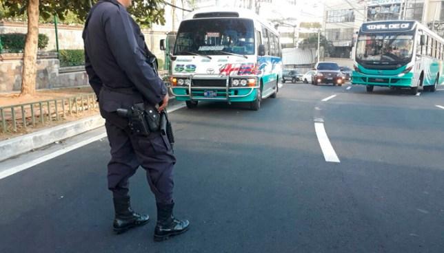 Pasajero frustra asalto al interior de un microbus de la ruta 52 en la Colonia Escalon