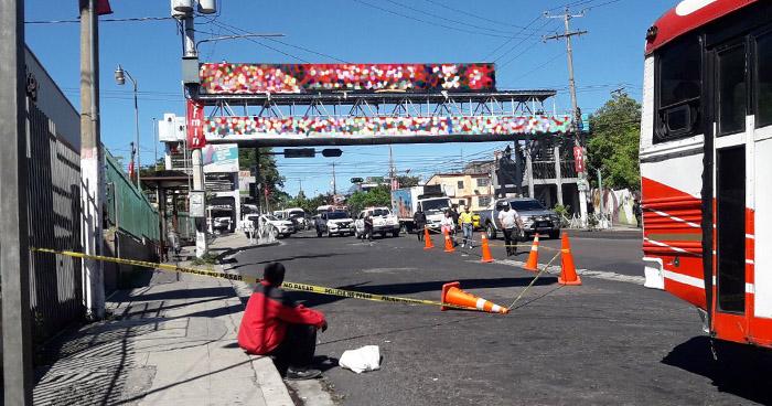 Jóvenes mueren tras sufrir ataque armado frente al centro comercial Zacamil de Mejicanos