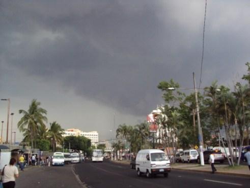 Onda Tropical influenciara lluvias en territorio salvadoreño