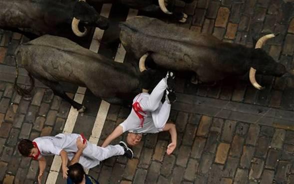 Dos hombres corneados en España durante la corrida de San Fermín