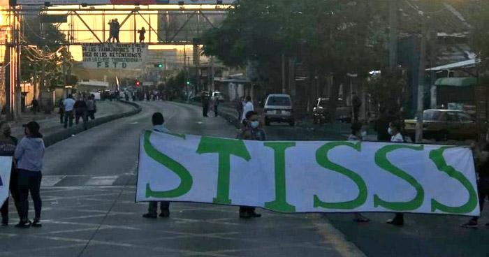 Sindicato del ISSS protesta sobre Alameda Juan Pablo II
