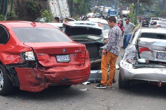 Trailer sin frenos embiste 11 vehículos y deja 2 heridos en Guatemala