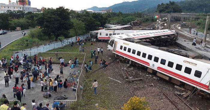 Tren se descarrila en Taiwán y deja al menos 22 fallecidos y más de 100 personas heridas