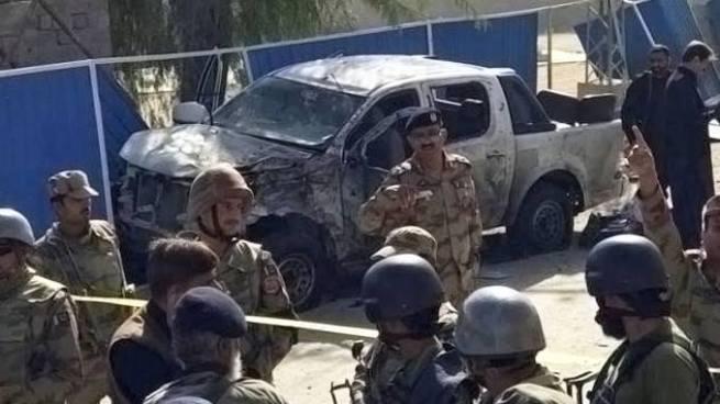 Al menos tres muertos en un atentado con bomba contra un alto cargo policial en Pakistán