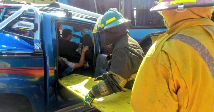 Tres personas atrapadas tras chocar contra un microbús en San Miguel
