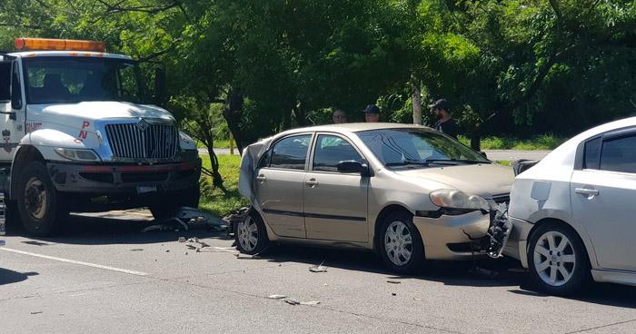 Grúa de la PNC involucrada en triple choque sobre carretera Comalapa