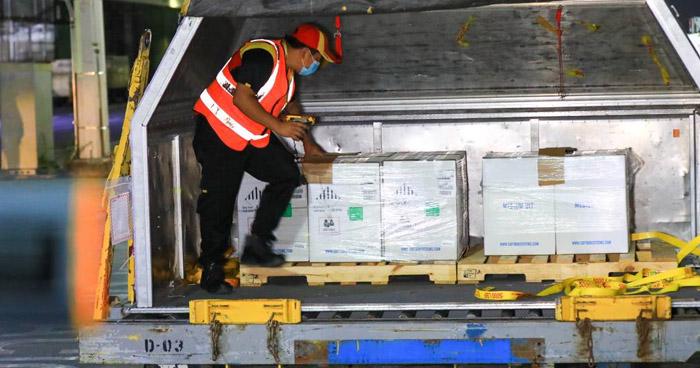 Llegan más de 43 mil dosis de vacunas anti-COVID-19 a El Salvador
