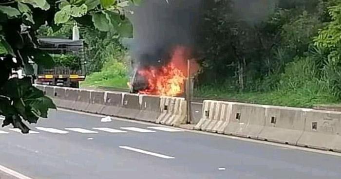 Vehículo se incendia en carretera a Santa Ana