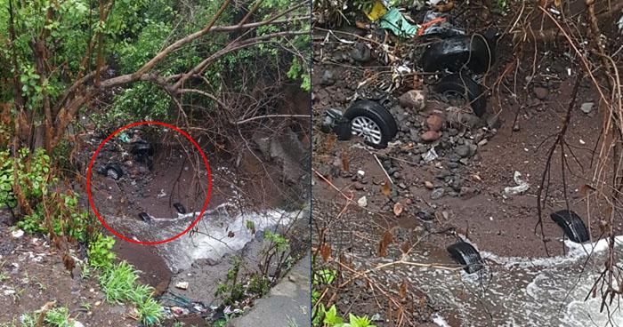 Vehículo fue arrastrado y soterrado tras fuerte lluvia en cantón Jalacatal de San Miguel