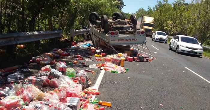 Vehículo volcó por explosión de una llanta trasera en carretera de Cuscatlán