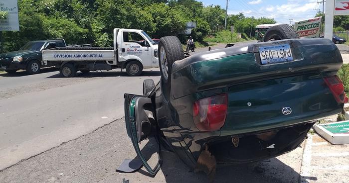 Conductor lesionado al volcar su vehículo en carretera Ruta Militar