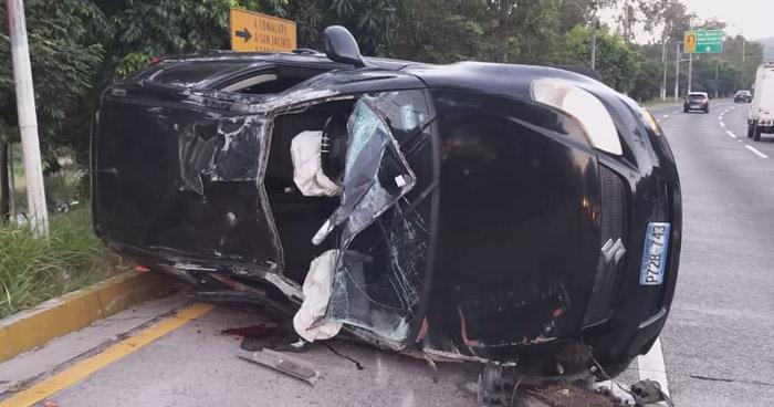 Conductor lesionado tras volcar su vehículo en carretera a Comalapa