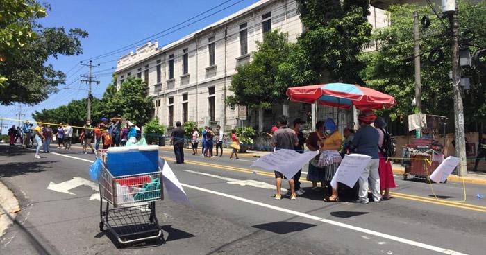 Vendedores informales exigen que les permitan vender en alrededores del Hospital Rosales