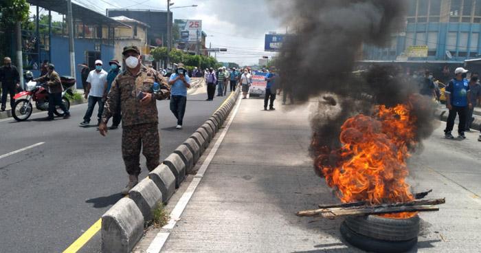 Veteranos de guerra y excombatientes queman llantas en protesta por impago
