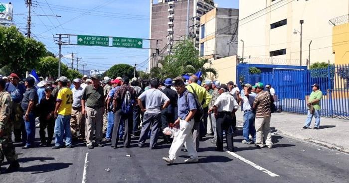 Veteranos de Guerra cierran calle frente al Ministerio de Hacienda para exigir cumplimiento de Ley