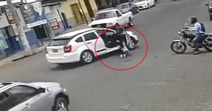 VIDEO | Niño cae de un vehículo en marcha en calle de Santa Ana