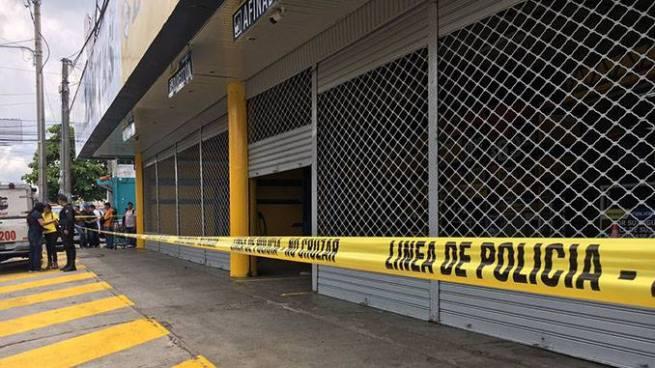 Vigilante privado se dispara con su arma de trabajo en laAvenida Bernal, San Salvador
